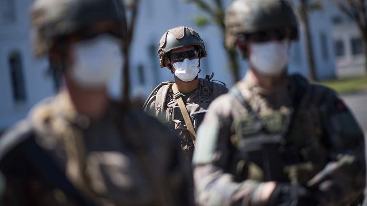 Des soldats français lors de la visite de la ministre des Armées à Vannes dans le département du Morbihan, le 18 mai 2020 (Photo d'illustration). (LOIC VENANCE / AFP)