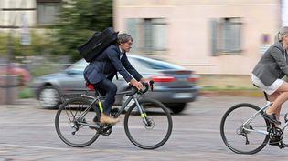 Un salarié à vélo (image d'illustration) (VANESSA MEYER / MAXPPP)