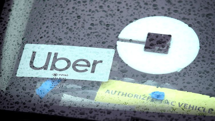 Un logo Uber sur le pare-brise d'une voiture à San Francisco (Californie), le 22 mars 2019. (JUSTIN SULLIVAN / GETTY IMAGES / AFP)