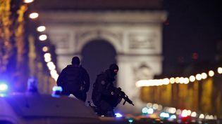 Des policiers sécurisent les Champs-Elysées, à Paris, le 20 avril 2017. (CHRISTIAN HARTMANN / REUTERS)
