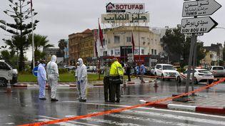 Des membres de la police scientifique enquêtent sur le site d'une attaque contre deux membres de la Garde nationale à Sousse (Tunisie), le 6 septembre 2020. (BECHIR TAIEB / AFP)