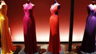 La collection d'Hervé L. Leroux était visible dans son atelier sur invitation ou pour le public dans un des vitrines du magasin parisien Colette. C'est une couture 100% glamour, faite pour les soirées chic et les tapis rouges avec des robes longues décolletées tout en pleins et déliés.  (F.Guillot /AFP)