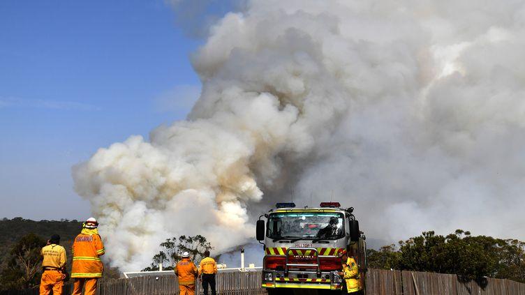 Des pompiers luttent contre un incendie à Penrose,enNouvelle-Galles du Sud, le 10 janvier 2020. (SAEED KHAN / AFP)