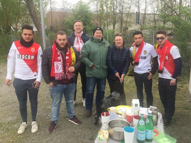 Kevin et ses amisprennent le petit-déjeuner sur un parking avec des supporters de Dortmund, le 11 avril 2017. (DR)