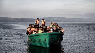 Des migrants arrivent sur l'île de Lesbos (Grèce) après avoir traversé la mer Egée depuis la Turquie, le 10 novembre 2015. (ARIS MESSINIS / AFP)