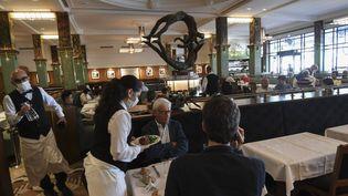 Des personnes déjeunent au restaurant La Coupole à Paris, le 15 juin 2020. (ALAIN JOCARD / AFP)