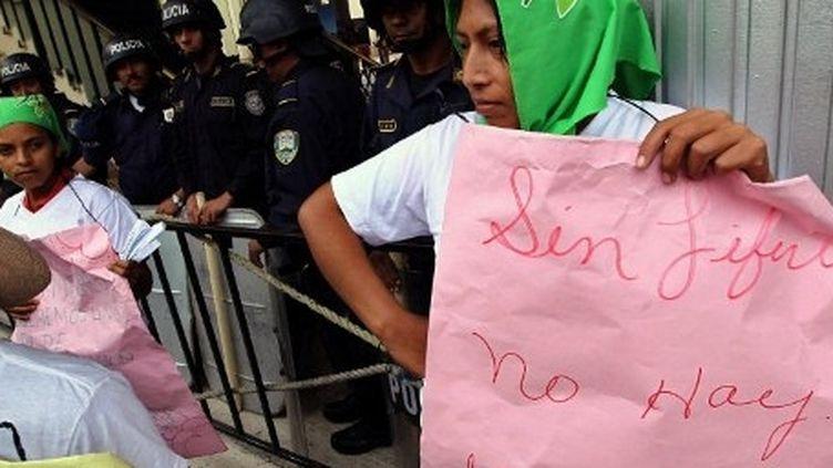 Honduras, Tegucigalpa: les femmes paysannes manifestent devant le congrès du Honduras au cours de la célébration de la Journée internationale de la femme, à Tegucigalpa, le 8 Mars 2012. AFP PHOTO / STR (AFP PHOTO / STR)