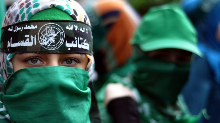 Des manifestants célèbrent le 27e anniversaire de la fondation du mouvement palestinienHamas, à Gaza, le 14 décembre 2014. (MOHAMMED TALATENE / ANADOLU AGENCY / AFP)
