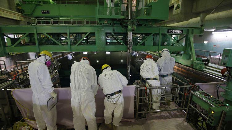 Des travailleurs dans la centrale nucléaire de Fukushima (Japon), le 6 mars 2013. (ISSEI KATO / AFP)
