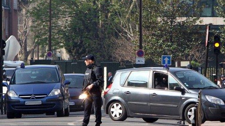 La police anti-terroriste quadrille l'un des quartiers de Levallois-Perret (Ile-de-France), le 24 mars 2012. (AFP - Kenzo Tribouillard)