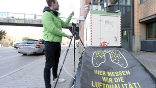 """En mars 2016, l'association Greenpeace a mis en place une station de mesure du dioxyde d'azote au carrefour """"Neckartor"""" près de Stuttgart. (BERND WEISSBROD / DPA)"""
