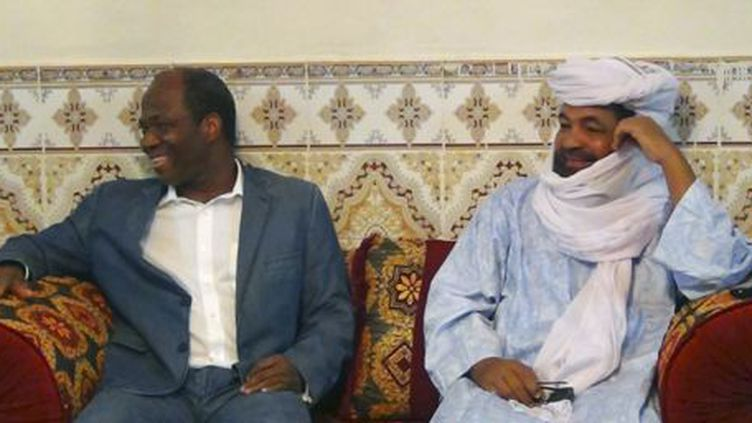 Iyad Ag Ghali (à droite), alors leader du groupe islamiste Ansar Dine, lors d'une rencontre avec le ministre des Affaires étrangères du Burkina Faso, Djibril Bassole, à Kidal (nord du Mali, le 7 août 2012. (Reuters - Stringer)