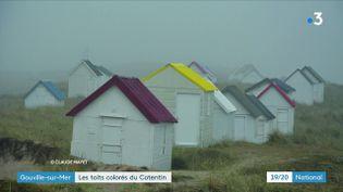 Direction Gouville-sur-Mer, dans la Manche, pour découvrir des cabines de plage aux toits multicolores qui attisent toutes les convoitises. (Claude Mayet/France3)