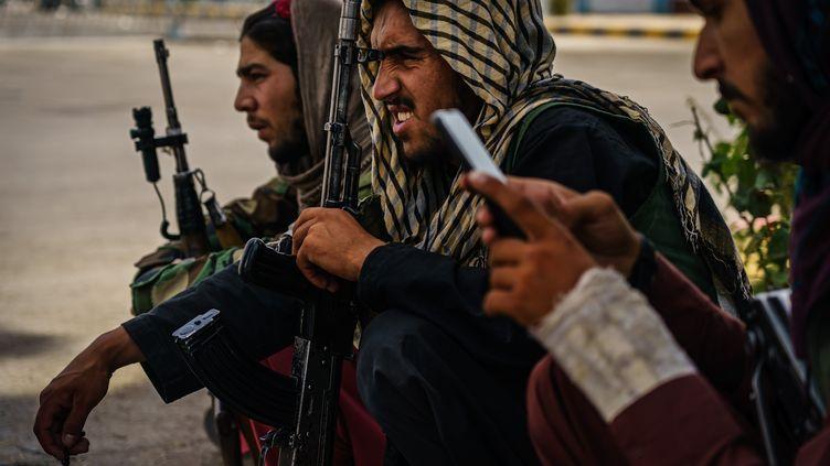 Des combattants talibans près de l'aéroport Hamid Karzai à Kaboul (Afghanistan). (MARCUS YAM / LOS ANGELES TIMES via GETTYIMAGES)