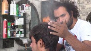 Un salon de coiffure situé à Lahore, au Pakistan, propose des coupes de cheveux effectuées au hachoir, au bris de verre ou même au chalumeau. (FRANCE INFO)
