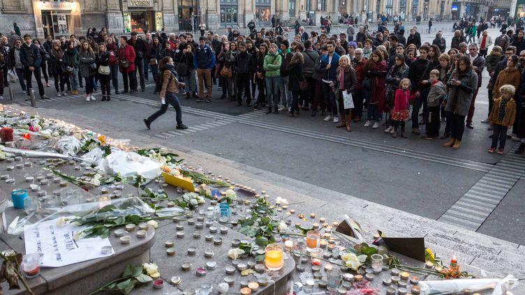 Des centaines de personnes rendent hommage aux victimes des attentats terroristes de Paris, dimanche 15 novembre place des Terreaux à Lyon. (MAXPPP)