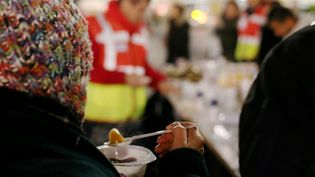 Distribution de repas par l'association Nissart sans faim, à Nice, le 3 janvier 2017. (Photo d'illustration) (MAXPPP)