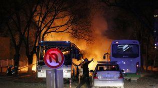 Un policier turc sécurise la zone où un attentat à la voiture a explosé, en plein centre d'Ankara (Turquie), le 17 février 2016. (CIHAN NEWS AGENCY / AFP)
