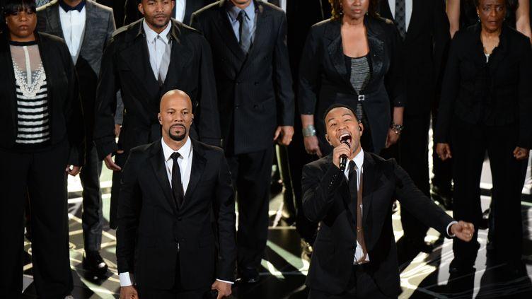 """John Legend et Common chantent le titre """"Glory"""", le 22 février 2015 pendant la cérémonie des Oscars. (ROBYN BECK / AFP)"""