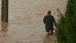 Les inondations survenues mercredi 23 octobre dans le sud de la France ont fait trois morts, selon le ministre de l'Intérieur, Christophe Castaner. Les précisions du journaliste Thomas Cuny, en duplex depuis Cazouls-d'Hérault (Hérault), où une personne a perdu la vie. (CAPTURE D'ÉCRAN FRANCE 3)