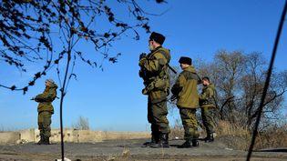 Des combattants de l'autoproclamée République populaire de Donetsk, dans l'est de l'Ukraine, le 5 novembre 2014. (ALEXEY KUDENKO / RIA NOVOSTI / AFP)