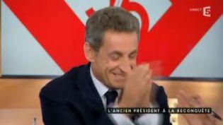 """Capture d'écran montrant Nicolas Sarky amusé sur le plateau de l'émision """"C à Vous"""" sur France 5, le 28 janvier 2015 (C A VOUS / FRANCE 5)"""