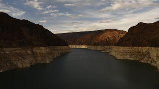 Le lac Mead, dans les Etats du Nevada et de l'Arizona (Etats-Unis) et les anneaux marquants la baisse de son niveau, le 19 juillet 2021. (PATRICK T. FALLON / AFP)