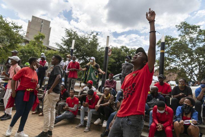 Manifestation d'étudiants à Johannesburg le 15 mars 2021. Ils réclament une baisse des frais universitaires et l'effacement des dettes. (IHSAAN HAFFEJEE / ANADOLU AGENCY)