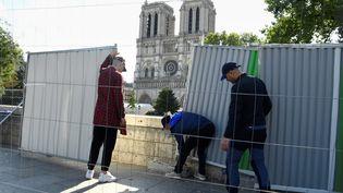 Des palissades sont installées face à Notre-Dame avant la décontamination du site à Paris, le 13 août 2019. (BERTRAND GUAY / AFP)