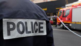 La police le 8 janvier 2015 à Montrouge (Hauts-de-Seine), où une policière municipale a été tuée par Amedy Coulibaly. (ALEXIS KRALAND / AFP)
