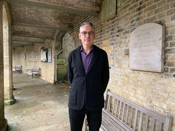 Ian Dungavell, directeur général du cimetière de Highgate dans le nord de Londres. (RICHARD PLACE / RADIO FRANCE)