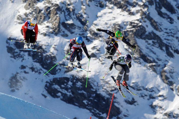 Ophélie David (deuxième en partant de la gauche), le 15 décembre 2013 lors d'une descente àVal Thoren (Savoie). (JEAN-PIERRE CLATOT / AFP)