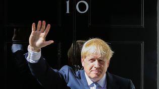 Boris Johnson, sur le pas de la porte du 10 Downing street à Londres (Royaume-uni), le 24 juillet 2019. (DINENDRA HARIA / ANADOLU AGENCY / AFP)