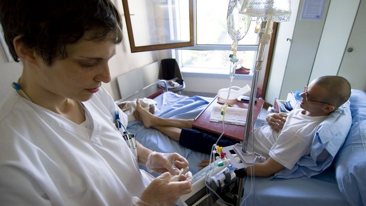 Une infirmière traite un patient atteint d'un cancer à l'hôpital Gustave-Roussy, à Villejuif (Val-de-Marne), le 8 août 2007. (RAGUET H. / AFP)
