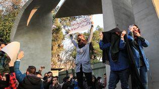 Des étudiants iraniensmanifestent contre la situation économique de leur paysdevant l'université de Téhéran, samedi 30 décembre 2017. (STR / AFP)