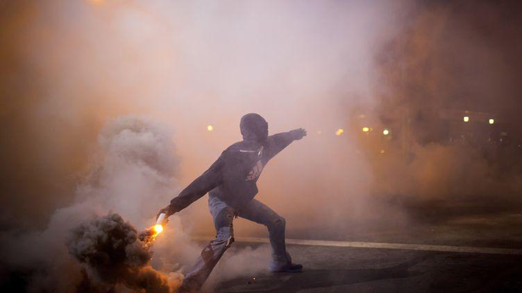 A 22 heures (4 heures à Paris), plusieurs dizaines de personnes se trouvaient toujours dans les rues de Baltimore (Etats-Unis), le 29 avril 2015. (ERIC THAYER / REUTERS)