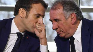Le président Emmanuel Macron et le Haut-commissaire au Plan François Bayrou, également dirigeant du MoDem, à Pau (France) le 14 janvier 2020 (GEORGES GOBET / AFP)