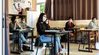 Des élèves masqués suivent un cours d'histoire au lycée Arago de Perpignan (Pyrénées-Orientales), le 10 juin 2020. (JEAN-CHRISTOPHE MILHET / HANS LUCAS / AFP)