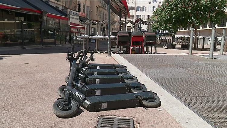 Les règles de stationnement des trottinettes en free floating devraient également changer. (A. Martiniky / France 3)