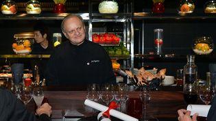 Le cuisinier Joël Robuchon, le 13 novembre 2012, dans son Atelier à Paris. (MIGUEL MEDINA / AFP)