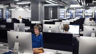 Des étudiants travaillent leurs cours d'informatique sur des ordinateurs à Paris à l'école 42. (MARTIN BUREAU / AFP)