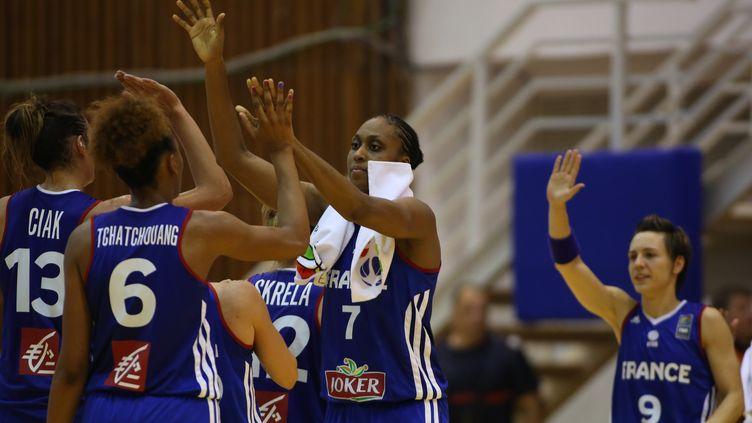 Sandrine Gruda (au centre) peut-elle porter les Bleues jusqu'au titre, le 28 juin prochain?  (SEBASTIAN TATARU / AFP)