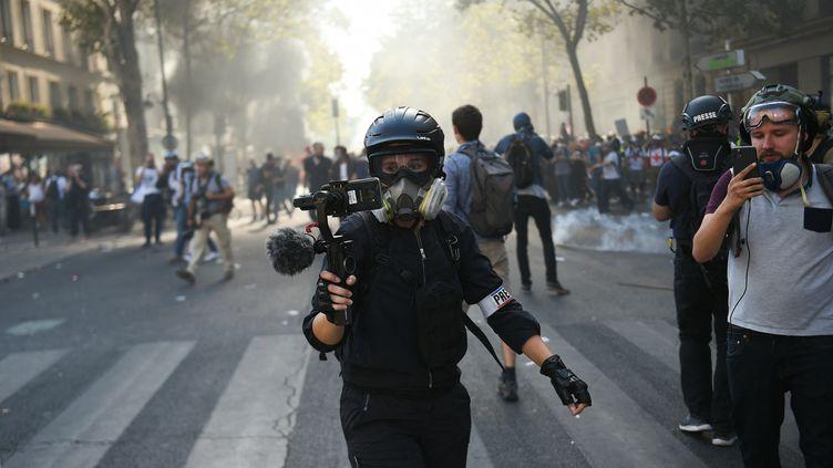 Des journalistes filment pendant les affrontements avec la police anti-émeute dans le cadre de la marche pour le climat, le 21 septembre 2019, à Paris. (LUCAS BARIOULET / AFP)