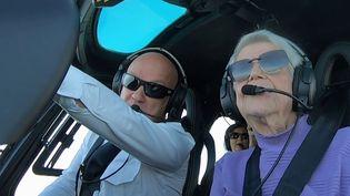 Rolande, centenaire, est très heureuse du cadeau offert par ses enfants : un baptême de l'air en hélicoptère. Une expérience unique en Normandie. (FRANCE 3)