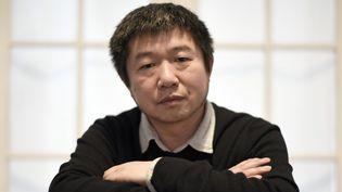 Le réalisateur chinois Wang Bing lors d'une séance photo à Paris en 2017  (STEPHANE DE SAKUTIN / AFP)