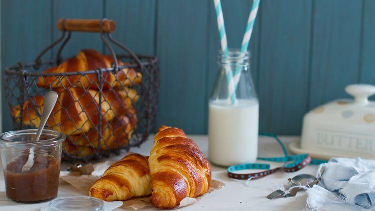 Dans un cas sur deux, les viennoiseries et pâtisseries vendues en boulangerie sont d'origine industrielle. (TÖRÖK-BOGNAR RENATA / GETTY IMAGES)