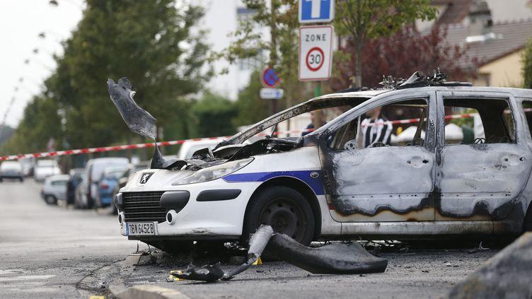 Une voiture de police incendiée àViry-Chatillon, le 8 octobre 2016, jour de l'agression de quatre policiers dans cette commune de l'Essonne. (THOMAS SAMSON / AFP)