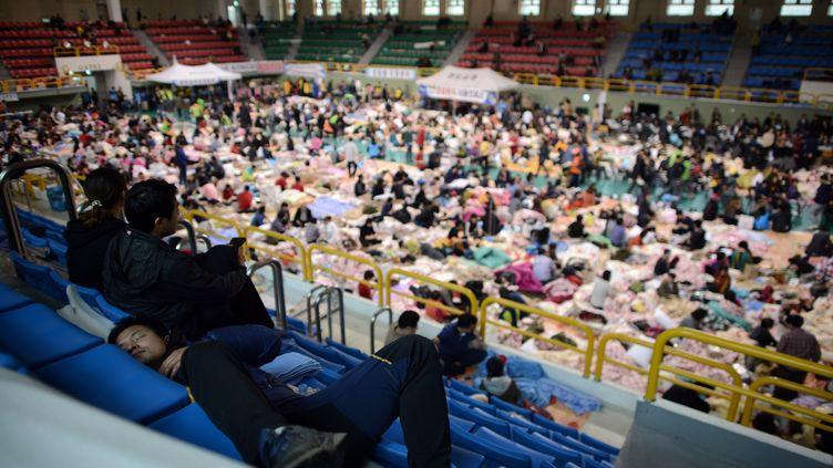 Le gymnase où sont rassemblés les proches des victimes et les rescapés, le 18 avril 2014, à Jindo (Corée du Sud). (ED JONES / AFP)