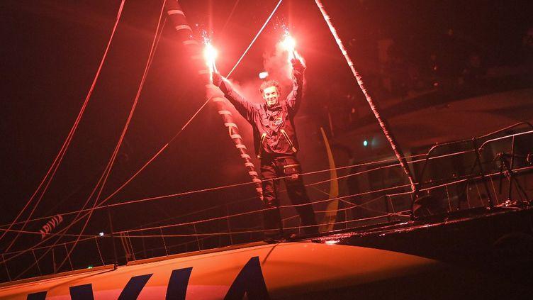 Le skippeur Charlie Dalin célèbre son arrivée aux Sables-d'Olonne (Vendée), après plus de 80 jours de traversée du Vendée Globe, le 27 janvier 2021. (LOIC VENANCE / AFP)