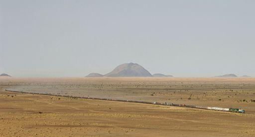 Train transportant du minerai de fer à travers le désert entre les villes de Choum (nord-ouest de la Mauritanie) et Ben Amira (nord).